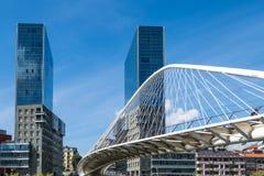 Puente de Zubizuri a través del río de Nervion en Bilbao, España imagen de archivo