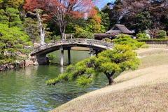 Puente decorativo en el jard?n de Koishikawa Korakuen, Okayama, Jap?n fotografía de archivo libre de regalías