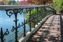 Puente decorativo en el parque del retrete Foto de archivo libre de regalías