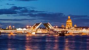 Puente del anuncio, el puente levadizo, el puente en el río Neva, St Petersburg, Rusia metrajes