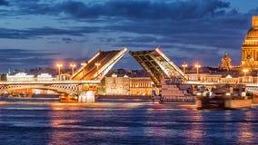 Puente del anuncio, el puente levadizo, el puente en el río Neva, St Petersburg, Rusia almacen de video