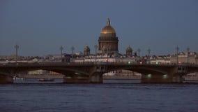 Puente del anuncio y la bóveda de St Isaac Cathedral, igualando St Petersburg almacen de metraje de vídeo