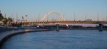 Puente del arco del canal del agua de Dubai fotos de archivo