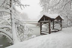 Puente del arco del Central Park después de las nevadas fuertes, New York City Foto de archivo libre de regalías