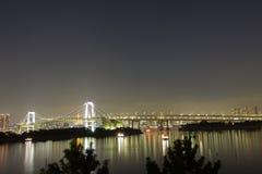 Puente del arco iris con el monumento liberal en Tokio, Japón Imagenes de archivo