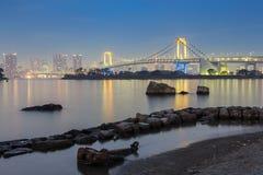 Puente del arco iris de Odaiba Tokio durante crepúsculo, Japón fotografía de archivo libre de regalías