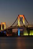 Puente del arco iris de Tokio en la oscuridad Foto de archivo libre de regalías