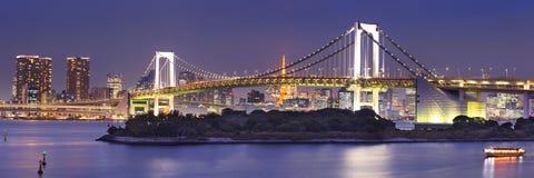 Puente del arco iris de Tokio en Tokio, Japón en la noche Fotos de archivo libres de regalías