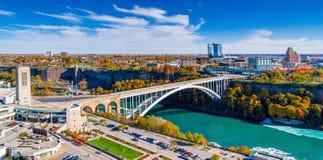 Puente del arco iris que conecta Canadá y Estados Unidos Fotos de archivo libres de regalías