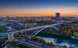 Puente del arco iris que conecta Canadá y Estados Unidos fotografía de archivo libre de regalías