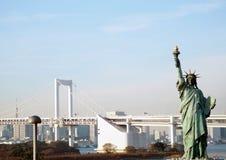 Puente del arco iris y estatua de Odaiba de la libertad Fotos de archivo libres de regalías