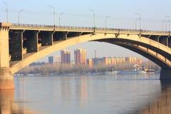 Puente del arco a través de un río Puente reflejado en el río Imágenes de archivo libres de regalías