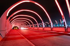 Puente del Bicentenario Bicentenary Brug bij nacht - Cordoba, Argentinië stock afbeelding