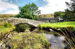Puente del caballo de carga en Watendlath en Cumbria Fotografía de archivo