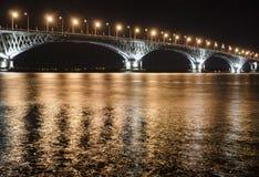 Puente del camino en la noche Fotos de archivo libres de regalías