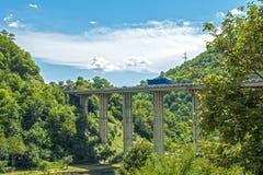 Puente del camino en las montañas Fotos de archivo libres de regalías
