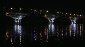 Puente del camino entre las ciudades de Saratov y Engels, Rusia El río Volga Las luces de la tarde de coches y de luces de calle almacen de metraje de vídeo