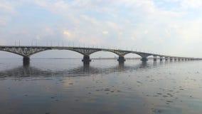 Puente del camino entre las ciudades de Saratov y Engels Un paisaje del río Primavera Desviación del hielo en el río Rusia, Sarat almacen de video