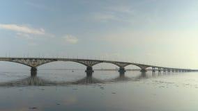 Puente del camino entre las ciudades de Saratov y Engels Un paisaje del río Primavera Desviación del hielo en el río Rusia, Sarat metrajes