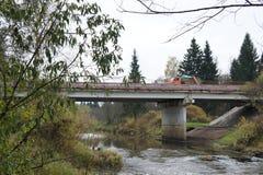 Puente del camino sobre el río Dubna en la región de Moscú Fotografía de archivo