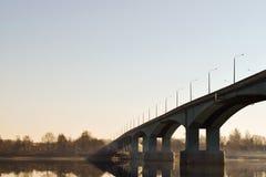 Puente del camino sobre el río temprano por la mañana imagen de archivo libre de regalías