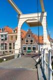 Puente del canal de Oudegracht en Alkmaar, Países Bajos fotografía de archivo