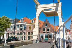 Puente del canal de Oudegracht en Alkmaar, Países Bajos imagen de archivo