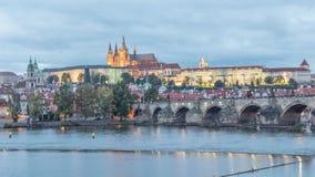Puente del castillo y de Charles de Praga - día al lapso de la noche almacen de metraje de vídeo