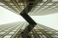 Puente del cielo entre el edificio de oficinas fotos de archivo libres de regalías
