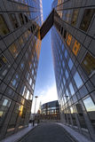 Puente del cielo entre el edificio de oficinas imagenes de archivo