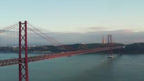 Puente del 25 de abril en el tejo de Río en Lisboa Protugal almacen de metraje de vídeo