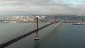 Puente del 25 de abril en el tejo de Río en Lisboa Protugal metrajes
