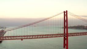 Puente del 25 de abril en el tejo de Río en Lisboa Protugal almacen de video