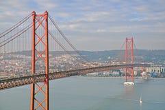 Puente del 25 de abril en Lisboa Fotos de archivo