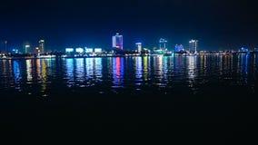 Puente del dragón de Danang en la noche