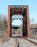 Puente del ferrocarril con el puente de la carretera en fondo Imagen de archivo libre de regalías
