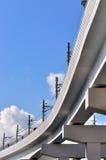 Puente del ferrocarril de la ciudad con el tren Fotos de archivo libres de regalías