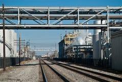 Puente del ferrocarril a la ciudad Fotografía de archivo libre de regalías