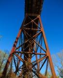Puente del ferrocarril sobre área de tierra Foto de archivo libre de regalías