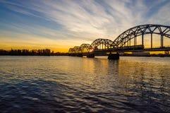 Puente del ferrocarril sobre Daugava del río en Riga Fotos de archivo