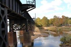 Puente del ferrocarril sobre el agua fotografía de archivo