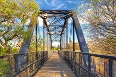 Puente del ferrocarril sobre el caballo de hierro Trailhead imagenes de archivo