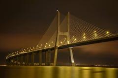 Puente del Gama de Vasco DA en la noche Foto de archivo