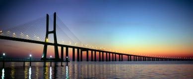 Puente del Gama de Vasco DA en la oscuridad Imagenes de archivo