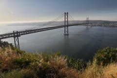 Puente del Gama de Vasco DA en la oscuridad Foto de archivo libre de regalías