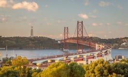 Puente del Gama de Vasco DA en la oscuridad Imágenes de archivo libres de regalías