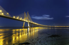 Puente del Gama de Vasco DA por noche Imagen de archivo libre de regalías