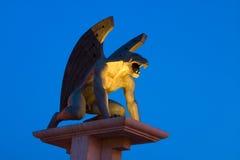 Puente del gargoyle con el cielo azul Imagen de archivo libre de regalías