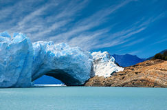 Puente del hielo en el glaciar de Perito Moreno. imagen de archivo