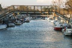 Puente del hierro sobre el río Fotos de archivo